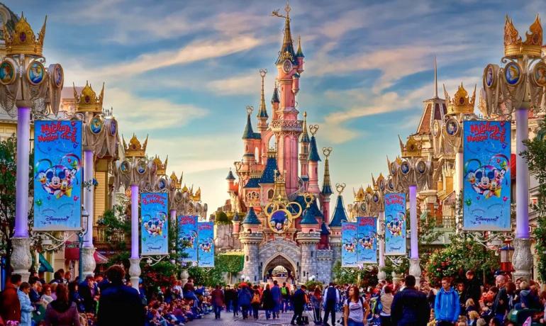 Детство заиграло: что взрослому человеку делать в Disneyland Paris?