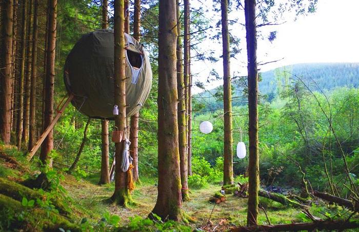 Необычный отдых на природе: подвешенная между деревьев эко - палатка