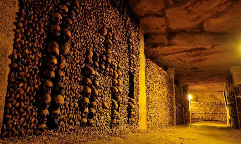 Париж – город любви, романтики и скелетов: невероятные факты о катакомбах под улицами французской столицы
