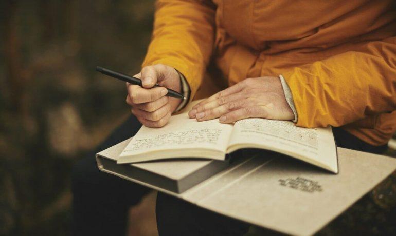 Придумывать темы, куда-то ездить и писать