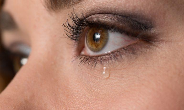 Каковы причины чрезмерного слезотечения и как их лечить?