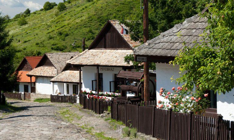 Историческое венгерское село Холлокё и его окружение