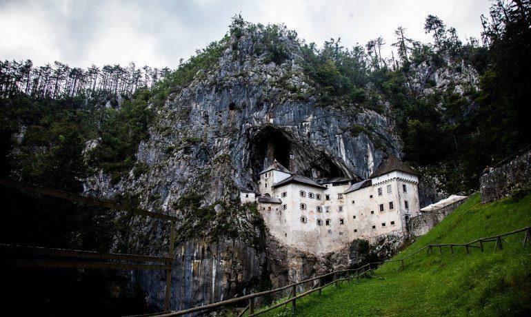 Предъямский замок, объятый скалой. Словения