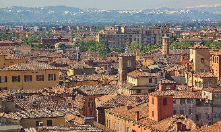 Кафедральный собор, башня Торре-Чивика и площадь Пьяцца-Гранде в городе Модена, Италия