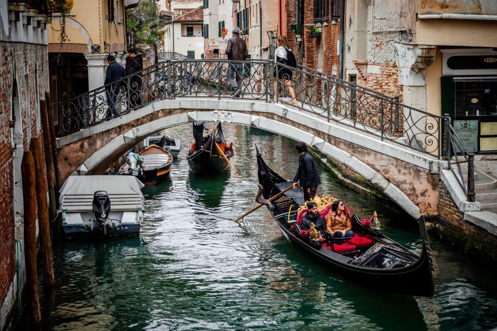 Прогулки на гондолах в Венеции и судьба главного венецианского символа