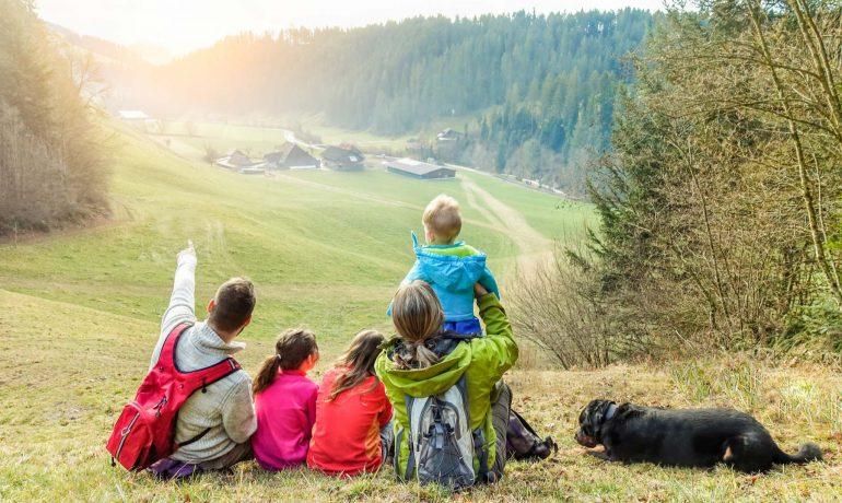 7 вещей, которые никогда не следует делать в походе с домашними животными и детьми