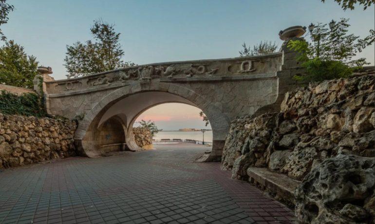 Геральдический мостик с множеством имен в Севастополе