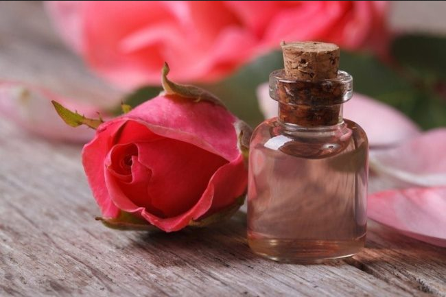 Розовое масло для омоложения кожи век