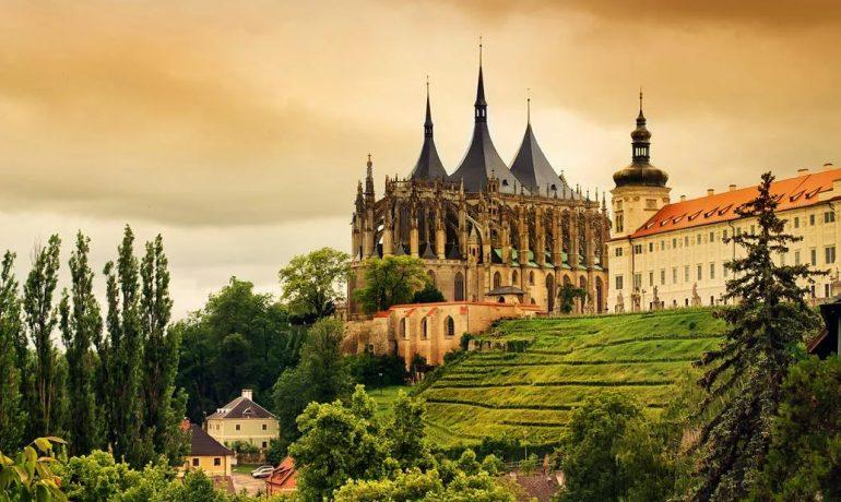 Кутна-Гора исторический центр города с собором Святой Варвары и костёлом Вознесения Девы Марии в Седлеце, Чехия