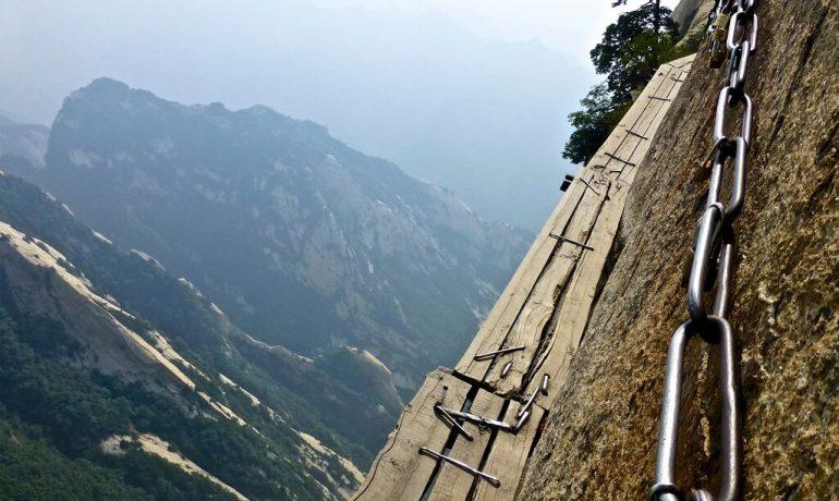 Походы не для слабонервных: ТОП-8 самых сложных, но невероятно красивых туристических троп мира