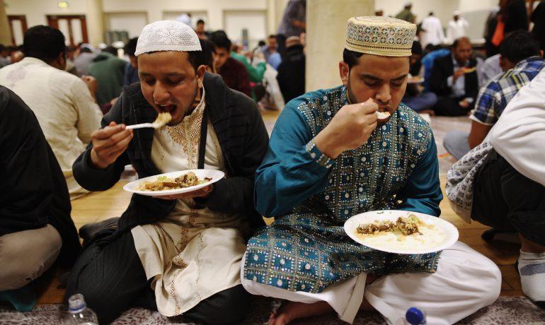 Турецкая поза во время еды